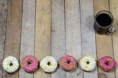 Вкусные и свежие donuts на кухонном столе Печенья, вкусное snac Стоковые Изображения RF