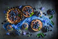 Вкусные и сладостные пироги сделанные коричневых сливк и ягод стоковые фото
