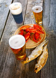Вкусные кипеть ракы и пиво на таблице Стоковое Фото