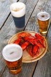 Вкусные кипеть ракы и пиво на таблице Стоковое фото RF