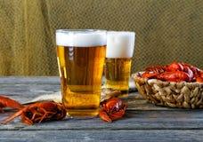 Вкусные кипеть ракы и пиво на таблице Стоковое Изображение RF