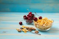 Вкусные корнфлексы с грецким орехом и вишней Стоковое Изображение