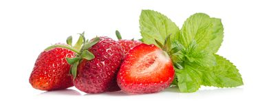 Вкусные красные клубники с листьями мяты Стоковая Фотография RF
