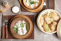 Вкусные крены капусты служили для обедающего на таблице Стоковые Изображения RF