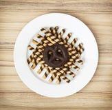 Вкусные крены шоколада и печенье пряника на белой плите Стоковое Фото