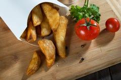 Вкусные куски зажаренных картошек Стоковая Фотография RF