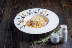 Вкусные макаронные изделия на красивой древесине стоковые фото