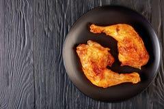 Вкусные ноги жареной курицы, взгляд сверху стоковые фото