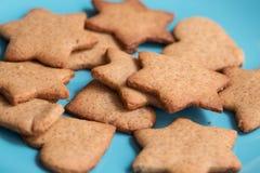 Вкусные домодельные печенья на голубой плите Стоковые Фото