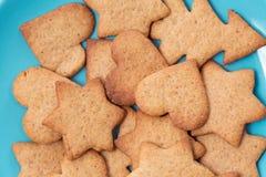 Вкусные домодельные печенья на голубой плите Стоковая Фотография
