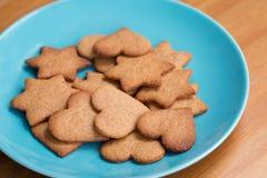 Вкусные домодельные печенья на голубой плите Стоковое Фото