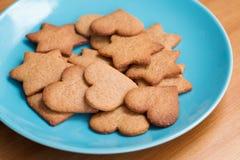 Вкусные домодельные печенья на голубой плите Стоковое фото RF