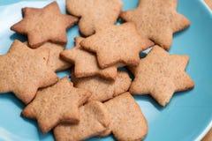 Вкусные домодельные печенья на голубой плите Стоковое Изображение