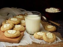 Вкусные домодельные печенья Shortbread с печеньем плавленого сыра и стеклом молока на темной предпосылке Стоковые Изображения RF