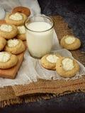 Вкусные домодельные печенья Shortbread с печеньем плавленого сыра и стеклом молока на темной предпосылке Стоковая Фотография