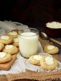 Вкусные домодельные печенья Shortbread с печеньем плавленого сыра и стеклом молока на темной предпосылке Стоковое Изображение