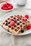 Вкусные домодельные waffles с полениками и соусом шоколада готовыми для завтрака Стоковая Фотография