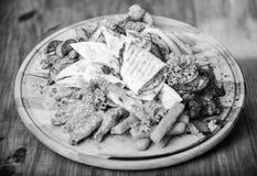 Вкусные очень вкусные закуски Закуска для пива Еда ресторана Деревянная доска с рыбами картофеля фри серии французскими вставляет стоковые изображения rf