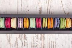 Вкусные очень вкусные печенья macaroons в черном ящике Стоковые Изображения RF