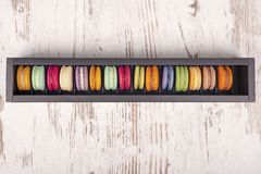 Вкусные очень вкусные печенья macaroons в черном ящике Стоковое Фото