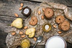 Вкусные печенья и сливк миндалин груш на деревенской древесине Стоковые Фото
