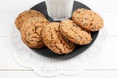 Вкусные печенья и стекло молока Стоковая Фотография RF