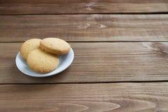 Вкусные печенья на белой плите Стоковое Изображение