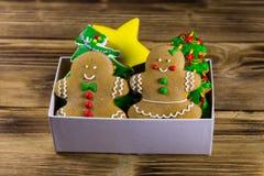 Вкусные печенья пряника рождества в коробке на деревянном столе Стоковое фото RF