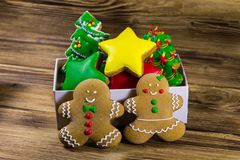 Вкусные печенья пряника рождества в коробке на деревянном столе Стоковое Изображение RF