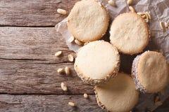 Вкусные печенья с сливк на бумаге горизонтальное взгляд сверху Стоковые Фотографии RF
