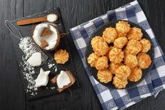 Вкусные печенья macaroons кокоса, взгляд сверху Стоковая Фотография