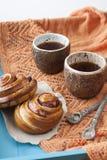 Вкусные плюшки с вареньем и 2 чашками чаю на голубом деревянном backgro Стоковое Изображение RF