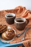 Вкусные плюшки с вареньем и 2 чашками чаю Стоковое Изображение
