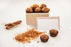 Вкусные помадки в деревянной коробке, карточке посещения и циннамоне стоковые изображения rf