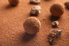 Вкусные сырцовые трюфеля шоколада на буром порохе, стоковая фотография