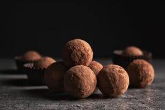 Вкусные сырцовые трюфеля шоколада на таблице стоковое фото