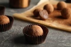 Вкусные трюфеля шоколада на серой предпосылке стоковое фото