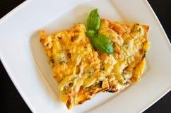 Вкусные части домодельной пиццы на белой плите Стоковое Фото