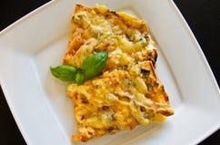 Вкусные части домодельной пиццы на белой плите Стоковые Изображения RF