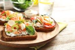 Вкусные bruschettas с оливками и семгами Стоковая Фотография RF