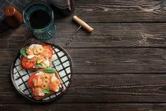 Вкусные bruschettas с оливками и семгами Стоковое фото RF