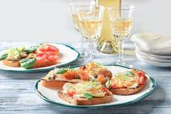 Вкусные bruschettas с семгами, моццареллой Стоковое Фото
