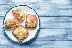 Вкусные bruschettas с семгами, моццареллой Стоковые Фотографии RF