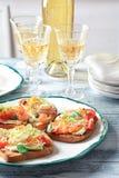 Вкусные bruschettas с семгами, моццареллой Стоковая Фотография
