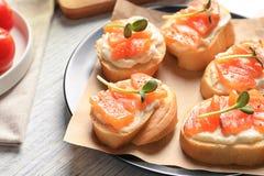 Вкусные bruschettas с семгами на плите, Стоковые Изображения RF