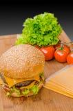 Вкусные cheeseburgers с салатом; говядина; двойные сыр и кетчуп Стоковые Изображения RF