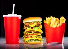 Вкусные fries гамбургера и франчуза на темноте Стоковое Изображение RF