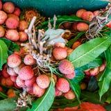 Вкусные litchis с предпосылкой листьев Стоковые Фото