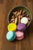 Вкусные macaroons и чашка молока с миндалиной на деревянной предпосылке Стоковые Изображения