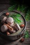Вкусные macaroons с циннамоном и шоколадом для рождества Стоковая Фотография RF